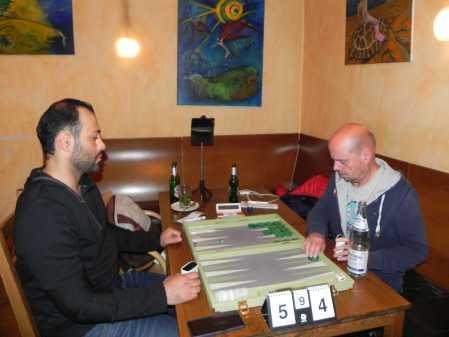 Amir Golshani (li) und Rolf Schüler. Letzterer überlegt, wie er dem drohenden Gammon entkommen kann