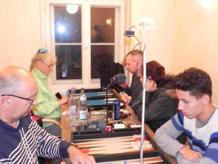 Dezsö Török (li) und Yonas Lamnabhi, hinten: Jutta Lange und Paul Schlegel, dazu Edelkiebitz Ban