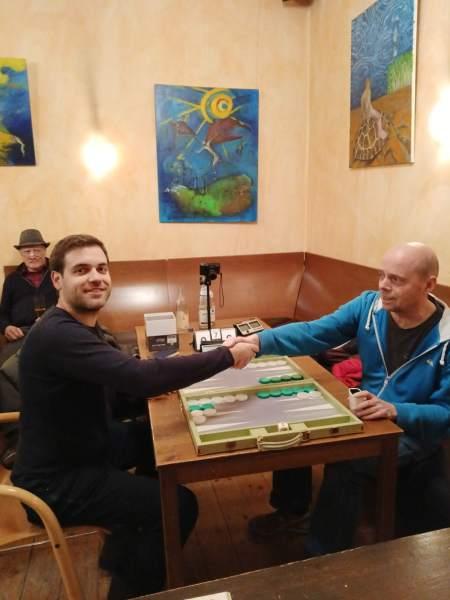Händedruck vor dem Finale der Second Chance: Faruk Kocaer (li) und Rolf Schüler